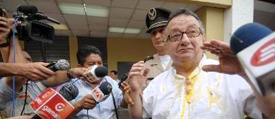 emilio palacios despues del juicio encontra del el, el martes 19 de julio  del 2011. Guayaquil-Ecuador. Gerardo Menoscal/expreso.
