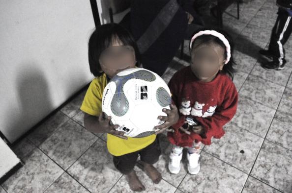 Alguna ropa de los niños ha sido donada. También fue donado este balón para que jueguen