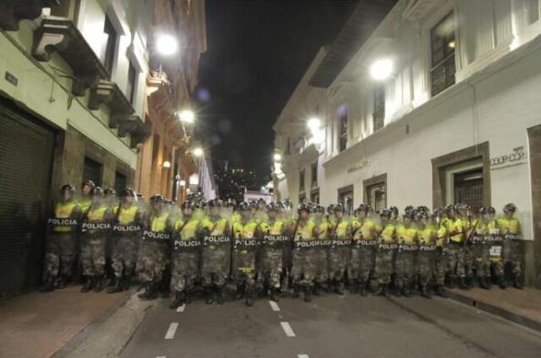 Cordón policial que impidió paso de amazónicas a Carondelet. Foto: Luis Vivanco. La hora.