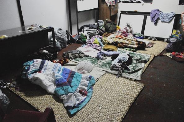 En estas condiciones duermen las amazónicas en todo el edificio de la CONAIE