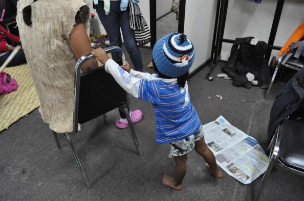 Muchos niños andan sin zapatos y mal abrigados