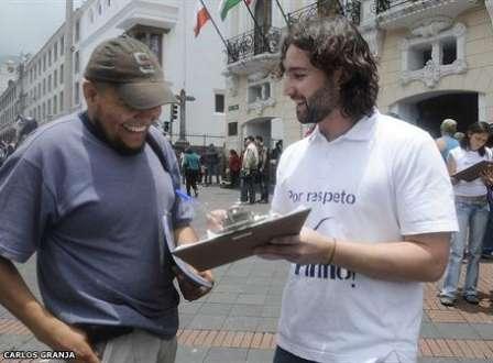 Recolección de firmas en la Plaza Grande. Salimos luego de que un grupo de gente comenzara a provocarnos. Foto de El Universo